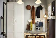 PAX / Ons PAX systeem geeft je de opbergruimte die echt bij je past. Je bepaalt alles helemaal zelf: afmetingen, kleur en stijl. Of je nu schuifdeuren of scharnierdeuren wil, hangdelen of liever planken, wellicht zelfs een combinatie van beide; je hebt altijd een kledingkast op maat.