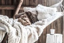 Cozy Interiors / Knitted throw blankets, faux fur accents, only the coziest decor to warm up this winter