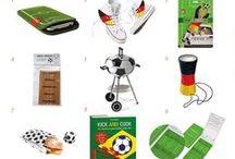 viva futebol / Was gab es nicht alles für Gimmicks, Gadgets, Accessoirs und nützliche Tools, die den Gewinn der FIFA Fussball Weltmeisterschaft in Brasilien so angenehm wie möglich gestalten soll. Nun hat die Nationalmannschaft um Podolski, Schweinsteiger, Götze und Co. den Pokal nach Deutschland gebracht. Was bleibt, sind die kleinen Erinnerungen, nützlichen Helfer und ein bisschen Krempel, der die Fernseh Nachmittag und Abende erst zu einem echten Sofa / Biergarten / Public Viewing - Event machten.
