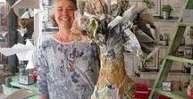 Com. à la Gal'rie / Com. à la gal'rie est une boutique de création...avec des produits fait-main, en Provence, dans les Alpes de haute-Provence...papoter, partager, profiter ..telle est la devise de  Magali avec toutes les personnes intéressées qui entrent dans le magasin, participe aux ateliers, et découvrent un savoir faire avec différents matériaux...tissu, laine, papier, carton, fer, terre, bois et bien d'autres...dans différentes techniques ...poterie, couture, peinture, tricot, ...