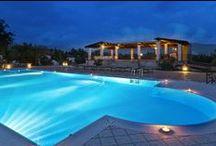 Swimming Pool and Pool Bar / - La nostra bellissima piscina esterna, aperta anche agli esterni, è il posto ideale per coloro che amano rilassarsi al sole. Il suggestivo panorama offre vedute sui Monti Picentini, sugli uliveti, sugli alberi di nocciola, e sulle antiche cascine. Drink e piatti leggeri e succulenti vengono proposti presso il ristorante a bordo piscina.
