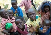 Cornerstone Primary School - Uganda / I Uganda er der alt for mange dårlige skoler, som resultat af mangel på ressourcer, og mange forældre har ikke råd til at betale for deres børns skolegang. På Cornerstone ønsker man at tilbyde alle børn i lokalområdet undervisning. Afrika InTouch's mål er desuden at forbedre skolens faciliteter, og at dyrke jorden omkring den, så alle elever kan få et måltid mad og derved have energi til en dag fyldt med læring og leg. Se her: www.afrikaintouch.dk/vi-goer/samarbejdspartnere-i-afrika/cornerstone