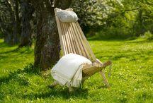 EcoChairs / Ekotuolit / Kevennä ekologista jalanjälkeäsi - ISTUMALLA -  Ekotuoli on puusta sekä köydestä valmistettu erittäin pitkälle mietityn suunnittelun tulos. Tuolissa on kaksi asentoa: pystympi ja lepoasento. Hamppuköydellä sidotut puuosat asettuvat istujan muotojen mukaisesti ja takaavat yksilöllisen istumis-mukavuuden jokaiselle.