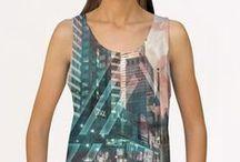BEKLEIDUNG: für Frauen / Hier finden Sie T-Shirts in verschiedenen Schnitten, Pullover, Kapuzenjacken, Tank Tops, Spaghetti Tops und viele weitere Bekleidungsstücke.