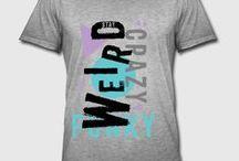 BEKLEIDUNG: für Männer / Hier finden Sie T-Shirts in verschiedenen Schnitten, Pullover, Kapuzenjacken, Trikots, Poloshirts, Tank Tops und viele weitere Bekleidungsstücke.