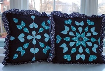 PILLOWS TUTORIALS DIY / A TON OF PILLOWS MADE WITH DIFFERENT CRAFT TECHNIQUES, WITH EVERY STYLE, CHIC, SIMPLE, AWESOME, ENJOY YOURSELF