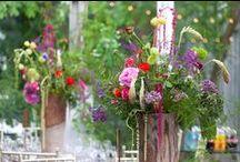 Enchanted Garden Wedding / #enchantedgarden #gardenwedding #mysteriousgardenwedding #colorfulgarden#colorfulgardenwedding#enchantedgardenwedding#colorfulwedding#woodendecration#weddingswing#swingdecoration