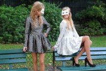 Robe Arlequin / Robe Bouffante à partir de la taille grâce à des couches de tulles en dessous de la partie jupe de la robe. Manches longues. Matière chaude, imprimé arlequin noir & argenté.