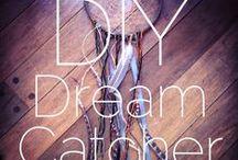 dream catcher/lapač snů / Bawaajige nagwaagan O lapači snů se říká, že dobré sny sklouznou po peříčku přímo do duše spícího a ty špatné se zamotají v síti a první sluneční paprsek je spálí. Proto by lapač snů měl viset nad lůžkem tak, aby na něj alespoň na chvilku mohlo zasvítit slunce.