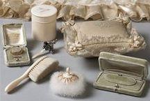 Produits de beauté & Accessoires / Parfums - cosmétiques & maquillages - savons - produits pour le bain - flacons - brosses & peignes - Miniatures 1/12ème - Maison de poupées