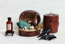 Sorcellerie : Matériels & Accessoires / Chaudrons - Balais - Potions - Grimoires - Accessoires pour Vampire - Sorcellerie & Tortures - Miniature au 1/12ème - Maisons de poupées  * Witchcraft: Equipment & Accessories Pots - Brooms - Potions - Grimoires - Accessories Vampire - Witchcraft & Torture - Miniature 1 / 12th - Dollhouses *