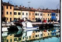 PESARO  / Pesaro (Pésaro, /ˈpezaro/ [ˈpeːzaɾo], Pès're in dialetto gallico-marchigiano) è un comune italiano di 96.153 abitanti, capoluogo con Urbino della provincia di Pesaro e Urbino nelle Marche. Affacciata sul mare e attraversata dal fiume Foglia, Pesaro è un centro balneare ed industriale situato tra due colline costiere; il suo centro storico è ricco di monumenti, specie del periodo rinascimentale.
