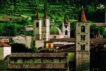 ASCOLI PICENO / Ascoli Piceno (Asculum Picenum in latino; Asculë in dialetto ascolano) è un comune italiano di 51.168 abitanti, capoluogo della omonima provincia nelle Marche. Il suo centro storico costruito quasi interamente in travertino è tra i più ammirati della regione e del centro Italia, in virtù della sua ricchezza artistica e architettonica. Nel centro storico si trova la rinascimentale Piazza del Popolo, considerata tra le più belle piazze d'Italia.