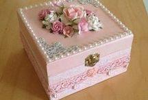 Caixas / Caixas de madeira ou papelão e latas forradas com tecidos, rendas, papéis, pérolas, fitas, flores, molduras etc.