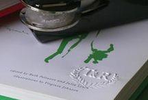Embosser • Paperview / Embosser é um equipamento para marcação em relevo, também conhecida por Marca D'água. O papel deve ser colocado na chancela e pressionado; após isso, ficará uma marca visível e duradoura, que não pode ser copiada.
