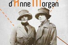 Sur les pas d'Anne Morgan / Après le retrait allemand de mars 1917, Anne Morgan et Anne Murray Dike, deux Américaines fortunées, font de Blérancourt le quartier général du Comité Américain pour les Régions Dévastées (CARD). Leur première action sera de construire un bâtiment en bois pour y installer un bureau et entrepôt, mais aussi un dispensaire, une école ménagère et une basse-cour. L'objectif n'est pas seulement de distribuer gratuitement de la nourriture, mais bien d'aider la population à retrouver son autonomie.
