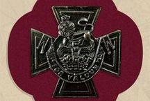 Victoria Cross: parcours des héros / Suite à leurs actes de bravoure dans l'Aisne, 37 soldats ont reçus la plus prestigieuse distinction militaire de l'armée britannique et du Commonwealth: la Victoria Cross. Combattants héroïques sur les champs de bataille de l'Aisne, aujourd'hui nous leur rendons hommage.