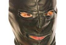 Cagoules et Masques SM / Cagoule en latex, nylon, spandex ou en cuir avec ou sans ouverture. Masque en cuir ou en tissu pour lui bander yeux. Vos 4 sens sont exacerbés. Préparez vous à de nouvelles expériences, en aveugle et à des séances BDSM très spéciales.