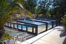 Nos abris bas de piscine / L'abri de piscine bas de la société Octavia, vous permet de conserver la perspective de votre jardin tout en assurant le chauffage naturel de votre piscine.