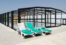 Nos abris haut de piscine / De part sa hauteur, cet abri haut de piscine (société Octavia) vous permet de vous changer au sec, au chaud, de circuler autour de votre piscine à l'abri des intempéries et de vous baigner 6 mois de l'année minimum.