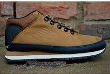 Męskie buty zimowo-trekingowe / Kupując buty zimowe zwracamy uwagę na wiele czynników. Przede wszystkim ważna jest ich jakość i funkcjonalność. Nie mniej jednak nie bez znaczenia jest także ciekawy design i nieprzeciętny charakter. Niestety – na rynku od jakiegoś czasu można zaobserwować fakt, iż kolekcje butów damskich są znacznie bardziej okazałe niż męskich. Podobnie jest w przypadku obuwia sportowego na zimę.