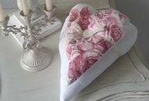 Cœurs ...  Au Cœur d'Autrefois / Cœurs en tissus, dentelle ancienne, transfert ... Vous pouvez retrouver toutes ces créations sur mon site L'Atelier Au Cœur d'Autrefois ... www.atelieraucoeurdautrefois.com