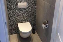 Tegelhuys ☼ Toilet - tegels / tiles / Ondanks dat het toilet relatief klein is, zijn er veel mogelijkheden, ook iets bijzonders De vloertegels kunnen worden doorgetrokken op de achterwand van de toiletpot. Dit kan in dezelfde maat als op de vloer maar ook in een mozaïek of smalle stroken van de tegels. Vaak wordt het toilet tot boven betegeld maar er wordt ook wel gekozen voor tegelen tot 1,40 m.
