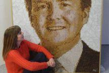 Koning Willem Alexander / glasmozaïek in de raadzaal van Stadhuis Almere