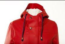 Röd Regnkappa / Bomärke regnkappa i röd. Den röda färgen talar för sig själv. Vi behövde inte någon inspirationskälla.    De limmade sömmarna gör att jackan är helt vattentät. Det stärker även kvalitén och tåligheten i plagget. Designen på luvan har en extra lång skärm så att inget regn faller ner på ansiktet. Vi har förlängt materialet på insidan av jackan vid ärmarna så även om du vill vika upp ärmarna så slipper du att insidan blir blöt.