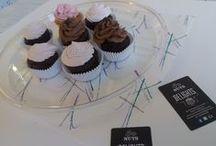 """Cupcakes en Nuts & Delights / Un cupcake, """"tarta en taza"""" de forma literal, es una pequeña porción de tarta para una persona. La receta de un cupcake es la misma que la de una tarta: harina, azúcar, huevos, mantequilla ... Habitual en cumpleaños y otras celebraciones o eventos, llamativo con infinidad de decoraciones y sabores, y suelen gustar a todos, niños y mayores.  Decorados con frosting o buttercream de cualquier tipo, color y sabor."""