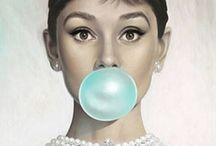 klas 2- portret met basisvorm - / Teken eerst een portret. Teken met je potlood de juiste verhoudingen in het gezicht. Vervang de mond door de basisvorm en maak er een bol van zodat de kauwgombal ontstaat.