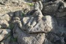 Rochers sculptés de Rothéneuf / Il est possible de découvrir ces rochers à marée basse, au lieu de payer 2.50 juste pour découvrir un bout du patrimoine de la Bretagne. Sinon pour les 2.50€ vous aurez un parking gratuit à votre disposition, même sans payer d'ailleurs, ... le sentier est tout en bas.
