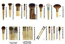 MakeUp Tools - Pinceaux et autres / Les pinceaux, les applicateurs, tout ce qui va vous permettre d'utiliser vos produits makeup... Parce qu'il y en a tellement que ça méritait un tableau à soi... Et... NON, les pinceaux Chinois ne perdent pas leurs poils, ils sont doux et propres (de toute façon vous les lavez et désinfectez avant 1er usage, n'est-ce pas ?) et... si vous avez la patience d'endurer des temps de livraison assez longs, vous n'aurez qu'un reproche à formuler : N'EN AVOIR PAS ACHETÉ PLUS !!! ;)