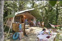 Tendi safaritent met badkamer / De safaritenten van 35 - 40 m2 zijn compleet ingericht en zijn voorzien van een badkamer, een houten vloer, keukenunit met 4 pits gasfornuis, koelkast met vriesvakje, veranda en de bedden zijn bij aankomst al opgemaakt.