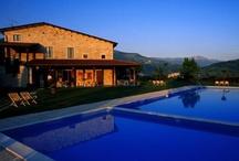 Italie, Il Collaccio / Camping Il Collaccio ligt in het landelijke Umbrië. Het is een vakantieboerderij met zwembaden in het groene hart van Italië. Het is een prachtige familiecamping met uitzicht op het berggebied in de omgeving. De plekken van de Tendi Lodgetenten zijn mooi gelegen op een van de terrassen, welke via een pad en/of trap te bereiken zijn. Il Collaccio is een camping voor gasten die houden van smaak.