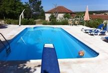 Portugal, Quinta da Tapada / Quinta da Tapada is een kleinschalige locatie, bestaande uit een volledig gerestaureerd Portugees Landhuis met grote tuin en zwembad. De Quinta ligt aan de rand van het dorpje Lamas dat op loopafstand ligt. De safari lodge tenten met eigen sanitair staan tussen de hazelnootbomen voor het familiehuis uit de18de Eeuw. Uiteraard is er een heerlijk zwembad aanwezig met prachtig uitzicht. In Lamas kunt u genieten van de Portugese keuken in een van de 3 traditionele restaurantjes.