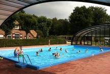 Nederland, Starnbosch / Starnbosch camping is een ruim opgezette familiecamping in het prachtige Vechtdal in Overijssel op 4 kilometer van Dalfsen. De Tendi Lodgetenten staan op zeer ruime plaatsen, deels onder de bomen in het bosgedeelte van de camping. Er is een heerlijk overdekt zwembad met apart kinderbad en ligstoelen. Op het terras van het naast gelegen restaurant kunt u genieten van een drankje of heerlijk menu. Kortom, genoeg te beleven voor het hele gezin!