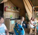 Luxe kamperen / Luxe kamperen in een comfortabele safaritent of lodgetent (ook met eigen sanitair in de tent). De tent is volledig opgebouwd en ingericht bij aankomst. De safaritent of lodgetent heeft een houten vloer, veranda, volwaardige keukenunit met 4 gaspitten en koelkast met vriesvakje. Er is een stapelbed en speelgoedmand voor de kinderen aanwezig. Bij aankomst zijn de box springbedden al opgemaakt. Je neemt alleen je kleding en handdoeken mee en de vakantie kan beginnen! www.tendi.nl