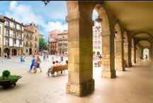 Avilés / Avilés, tercera ciudad en importancia de Asturias y ubicada en la franja costera central del Principado, ha sabido explotar su ubicación en la margen de la ría del mismo nombre desde el siglo VIII, convirtiéndose desde entonces en puerto comercial y pesquero de relevancia.