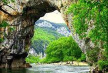 """Tendi Ardèche / Ardèche, een van de bekendste regio's van Frankrijk met in het noorden het """"Parc Naturel Régional des Monts d'Ardèche"""" en in het zuiden Vallon Pont d' Arc."""