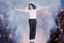 """Michael Jackson / King of Pop Michael Joseph Jackson war ein US-amerikanischer Sänger, Komponist, Tänzer und Entertainer. Aufgrund seiner Erfolge wird er als """"King of Pop"""" bezeichnet. Geboren; 29. August 1958 in Gary, Indiana; † 25. Juni 2009 in Los Angeles, Kalifornien"""