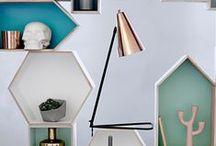 Lampy/Lamps / Lampy to nie tylko źródło światła z praktycznego punktu widzenia. Odpowiednio dobrane oświetlenie wprowadza klimat i nastrój we wnętrzu. Wybierz industrialną lampę firmy Interstil Interior nad zagłówek wykonany z palet, postaw oryginalną lampę House Doctor na stoliku przy kanapie w salonie. Wieszając nad stołem lampę firmy HUBSH podkreślisz skandynawski charakter swojej jadalni.