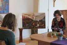 """40-dagentijd 2015 / Deze 40-dagen-tijd gaan we meditatief met elkaar op reis aan de hand van Hongerdoeken. Hongerdoeken werden al in de middeleeuwen als scheiding tussen de kerkbanken en het altaar opgehangen om de bezoekers het zicht op de Eucharistie te onttrekken. Dit gebeurde speciaal in de Vastentijd, vandaar de term: Hongerdoeken. """"Onze"""" Hongerdoeken zijn gemaakt door kunstenaars uit niet-westerse landen, die gevraagd werden nieuwe hongerdoeken te maken vanuit Bijbelse en christelijke thema's."""