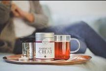 HARMONY CHAI / Unsere erste Bio-Schwarztee-Mischung HARMONY CHAI schmeckt nach Zimt, Kardamom, Kakao und einer Note Ingwer und Anis. Natürlich kommt auch dieser Tee ohne Aromen, Süß- und Zusatzstoffe aus!   Die Komposition schmeckt mit den Gewürzen nicht nur besonders aromatisch, sondern hat auch einen positiven Effekt auf die Verdauung, wirkt entzündungshemmend, stärkt die Abwehrkräfte und bietet so das optimale Rüstzeug für graue Wintertage.
