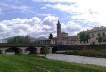 Umbria in Pin - Foligno / Comunedi Foligno \ Sindaco: Nando Mismetti\Altitudine: 234 m s.l.m.\Superficie: 263,77 km²\ Abitanti: 56,795\Densità: 0,22 ab.km²\Frazioni: Appartengono al comune di Foligno 127 frazioni.\Comuni confinanti: Bevagna, Montefalco, Nocera Umbra, Sellano, Serravalle di Chienti (MC), Spello, Trevi, Valtopina, Visso (MC)\CAP: 06034\Nome abitanti: Folignati\Patrono: San Feliciano