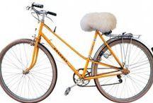 Les Selles Moumoutes / Marre d'avoir mal aux fesses en vélo? Offrez-vous la Selle Moumoute! C'est tout doux et moelleux... Elle s'adapte sur toutes les selles, et en quelques secondes seulement!   #vélo #selle #moumoute #fabdesign #design #sellemoumoute