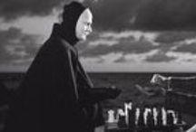 """Sjunde inseglet / Fotografen Gunnar Fischer bemerket følgende om filmens berømte scene hvor ridderen spiller sjakk med døden: """"Man ser att var och en har en tvåkiloslampa bakifrån på sin profil, och detta måste ju betyda att du har två solar, sa dom till mig. Ja. Det är nog alldeles rätt, sa jag. Men kan man acceptera att Döden sitter och spelar schack så kan man också acceptera två solar [...]."""" Source: http://ingmarbergman.se/verk/det-sjunde-inseglet"""