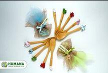 Bomboniere solidali di HUMANA / Un piccolo gesto, un grande dono. Scegliendo le bomboniere solidali di HUMANA, porterai cibo, istruzione e assistenza sanitaria ai bambini orfani in Zambia. [http://www.humanaitalia.it/]