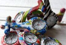 NURSE WATCHES - ZORG KLOKJES - ZUSTERSHORLOGES / DE NIEUWSTE NURSEWATCHES VIND JE ALTIJD OP WWW.MYMITELLA.NL Modern of klassiek in vrolijke kleuren of met een hippe print. Ideaal als je (tijdelijk) geen horloge om je pols kan dragen.  Door de klip of speld aan de achterkant is het klokje eenvoudig te bevestigen aan kleding of je uniform.  Erg leuk als cadeautje / geschenk voor artsen,  verpleegkundigen, kraamverzorgsters of thuiszorg.