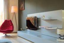 COLLECTIE - MEDIUM BOX TV-MEUBELS/DRESSOIRS / Een modulair systeem van side-boards met een minimalistische vormgeving. In MDF met kleurcoating of geheel in massief eiken. Desgewenst met deuren, kleppen en lades. Greeploze fronten en  naar wens een RVS sierlijst. Als podium voor uw kunst, opbergen van serviesgoed of als entertainmentcenter met een flatscreen TV. Naadloos te combineren met het Container kastsysteem.